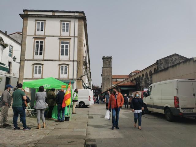 Carpa de Vox junto a la Praza de Abastos, en Santiago de Compostela.