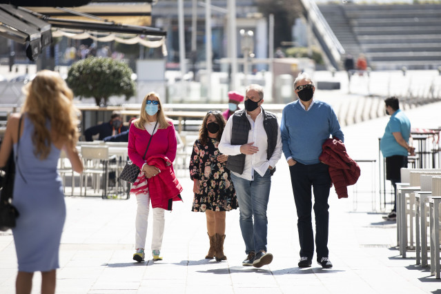 Varias personas pasean por el Paseo Marítimo de Sanxenxo, en Pontevedra