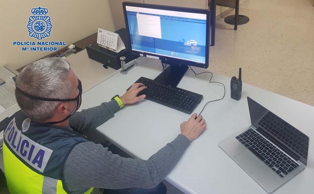 La Policía Nacional  detiene a dos personas por delito de estafa por sustraer equipos informáticos en A Coruña.