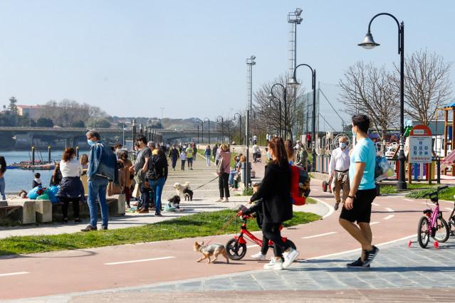 Archivo - Varias personas pasean en el barrio de Bouzas, en Vigo, Galicia (España), a 28 de febrero de 2021.