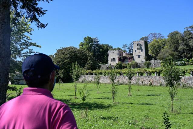 Archivo - Un hombre observa la fachada del pazo de Meirás