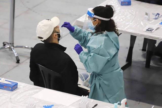 Archivo - Un hombre se somete a un test de antígenos