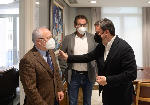Los presidentes de la Diputación de A Coruña, Valentín González Formoso, y de la Asociación de Concellos do Camiño Inglés, Manuel Mirás