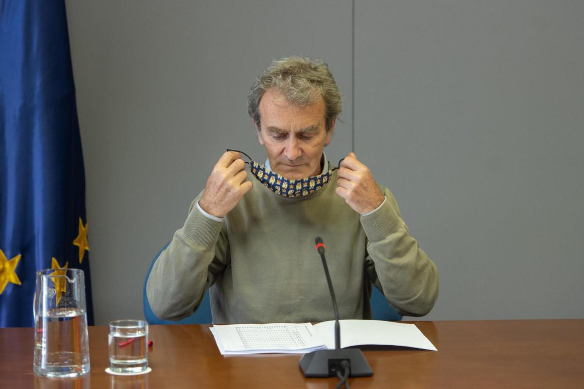 El director del Centro de Alertas y Emergencias Sanitarias (CAES), Fernando Simón a su llegada a una rueda de prensa para informar sobre el avance de la pandemia por COVID-19, a 6 de mayo de 2021, en Madrid (España).