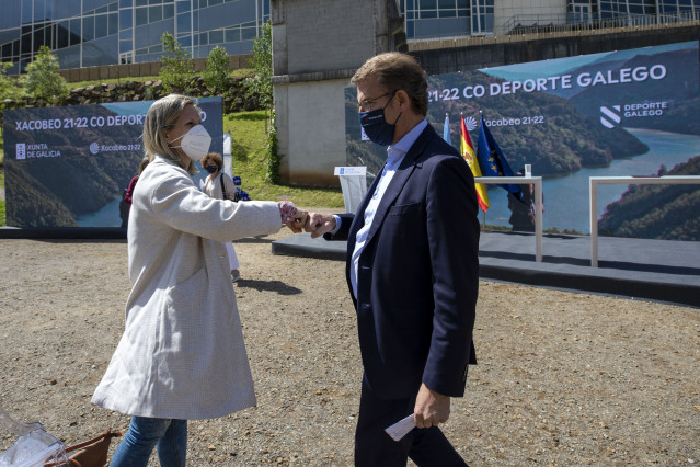 El presidente de la Xunta, Alberto Núñez Feijóo, saluda a la piragüista Teresa Portela durante el acto de presentación del programa de patrocinio del Xacobeo a los clubes deportivos gallegos de primer nivel