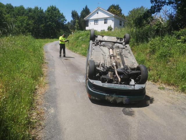 El vehículo volcó tras sufrir una salida de vía