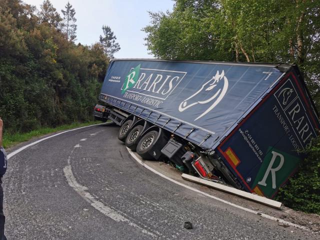 Camión accidentado en Maceda (Ourense).