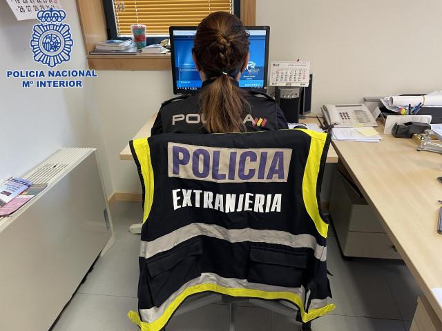 Dos detenidos en Santiago por estafar a extranjeros haciéndose pasar por abogados que podían facilitar su regularización.