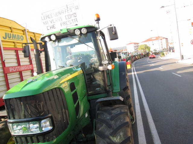 Archivo - Tractores bloquen  la calle del Hórreo en Santiago