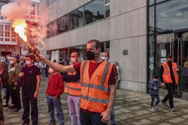 Un hombre sostiene una bengala en una concentración de apoyo a los trabajadores de la fábrica de Vestas de Viveiro (Lugo) por el cierre inminente de la planta, en la plaza del Ayuntamiento de Viveiro, a 25 de septiembre de 2021, en Viveiro.