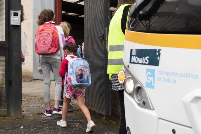 Archivo - Varios niños y niñas entran al CEIP Manuel Mallo de Nadela, durante el primer día del curso escolar 2021-2022 en Educación Infantil y Primaria, a 9 de septiembre de 2021, en Nadela, Lugo, Galicia (España). Este colegio es el único en entorno rur
